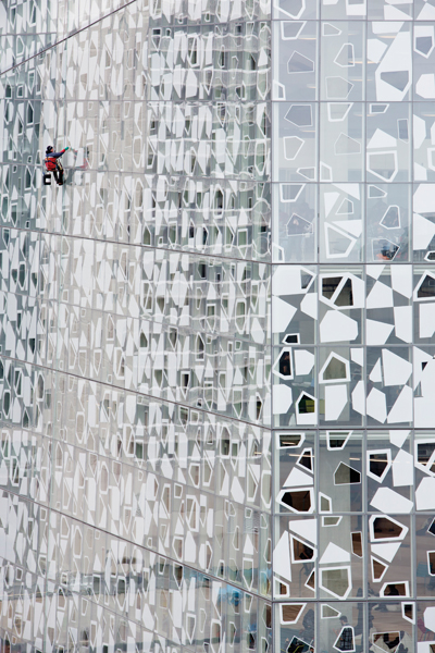 A geometric pattern enlivens the fritted glass façade enclosing the south and west sides of the buiding. Opaque, translucent and transparent areas are calibrated to balance light, views and heat gain.