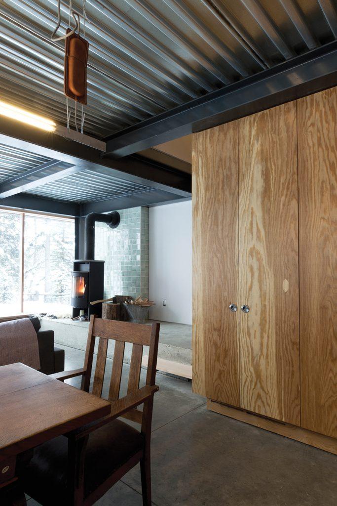 Lac Le Jeune cabin. Photo: Scott & Scott Architects. | Chalet à Lac le Jeune. Photo: Scott & Scott Architects.