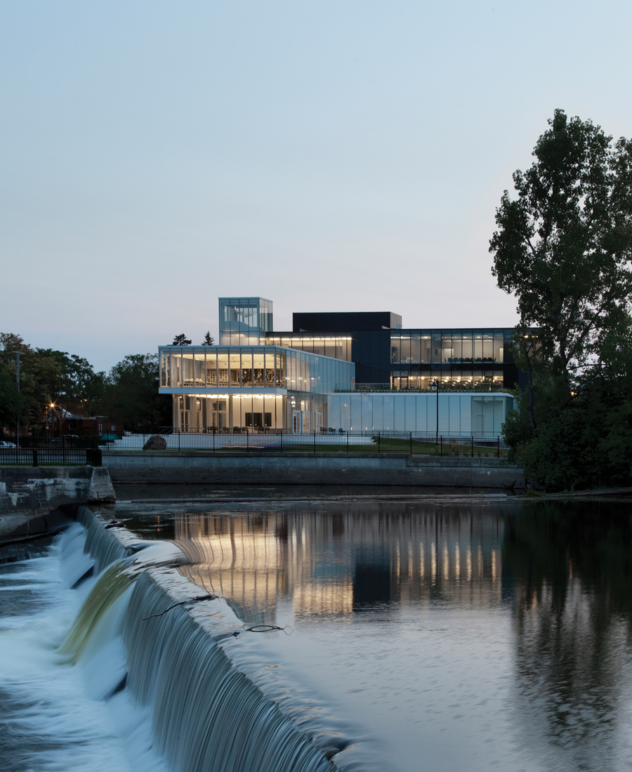 A series of transparent volumes opens the museum towards downtown Joliette and the Assomption River.