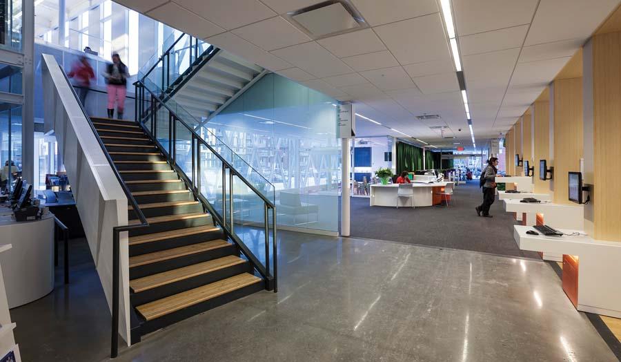 La transparence des matériaux fait contraste avec la solidité du bâtiment existant.   Transparent materials contrast the solidity of the existing building.