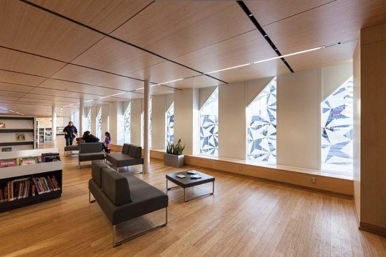Les motifs cristallins filtrent la lumière dans les zones de lecture.   Crystalline patterns filter light into the reading areas.