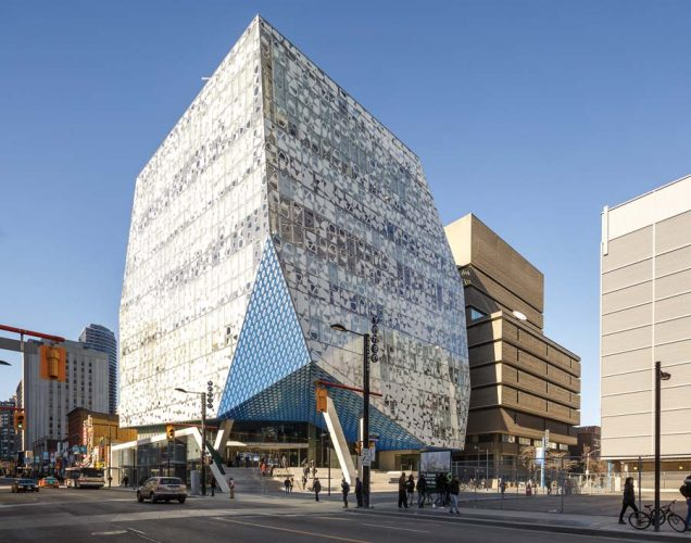 The eye-catching exterior of the Ryerson Student Learning Centre in Toronto, by Snøhetta (Executive Architect) with Zeidler Partnership Architects. | L'extérieur accrocheur du Ryerson Student Learning Centre à Toronto, de Snøhetta (architecte concepteur) et Zeidler Partnership Architects.