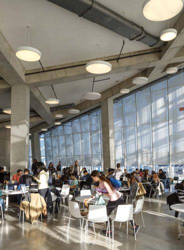 Flexible study spaces are dis-tributed through-out the building. | On trouve des espaces d'études flexibles un peu partout dans le bâtiment.