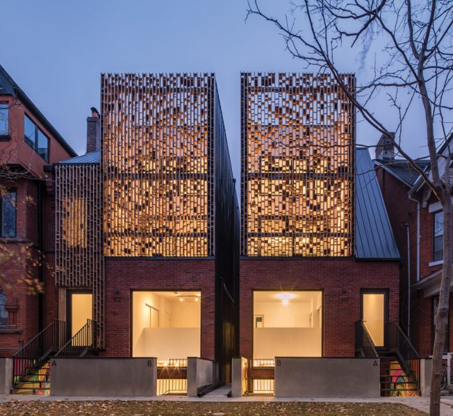 Double Duplex consists of twin buildings, each combining a two-storey upper unit and two-storey lower unit. A slight assymetry in the design integrates the buildings into the streetscape.