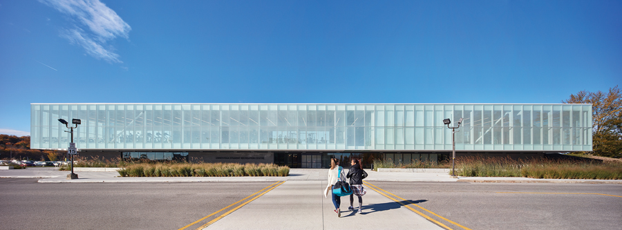 An addition gives a fresh face to the building, while reorienting its main entrance to face the campus. The addition includes a wellness centre on the ground floor, along with an open-plan fitness centre and multi-purpose studios above. Photo by Shai Gil